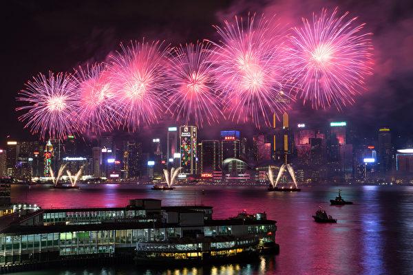 2016年猴年黄历新年开始于2月8日。图为香港的黄历新年庆祝活动,美丽的烟花在维多利亚港夜空绽放。(DALE DE LA REY/AFP)