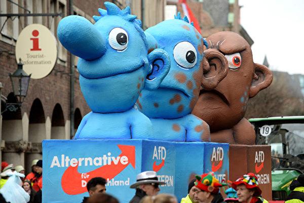 諷刺德國右翼黨AfD的花車,這個黨的意思是選擇黨,最早誕生時是因為反對默克爾無條件救歐元的政策。隨著發展,它越來越右傾,越來越向種族歧視的方向走。前不久,現任黨主席甚至說,要向非法入境的難民開槍。花車的顏色由藍色變成棕色,下面的字上預示著該黨的昨天、今天及明天。在德國,棕色是新納粹的標誌顏色。(PATRIK STOLLARZ/AFP/Getty Images)