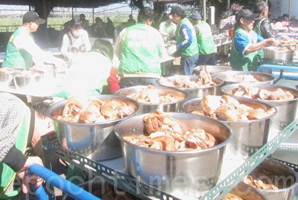 今年邁入第21年的臺灣萬華「刈包吉」廖榮吉免費「街友宴」。(鍾元/大紀元)
