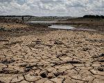"""2016年2月7日,津巴布韦因国家四分之一以上的人口面临粮食短缺,总统穆加贝5日已宣布国家进入""""灾难状态""""。图为西南部的Umzingwani水库已干涸见底。(ZINIYANGE AUNTONY/AFP/Getty Images)"""