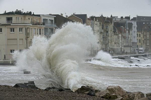 2016年2月9日,法国北部维姆勒,海浪拍打着防波堤。狂风2月8日吹袭欧洲西北部,造成法国北部5000户断电。(PHILIPPE HUGUEN/AFP)