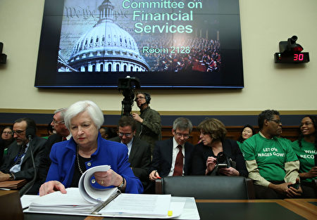 周三(2月10日),美联储主席耶伦在众议院金融服务委员会作半年度货币政策报告时表示,全球经济放缓、油价暴跌、美元走强不利出口、以及股市动荡,不利美国经济增长,或将阻碍美联储的升息步伐,暗示今年3月升息的可能性不高。图为2月10日美联储主席耶伦在国会作证的情形。(Mark Wilson/Getty Images)