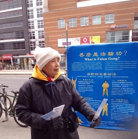 劉梅蓮在多倫多唐人街講真相。(劉梅蓮提供)