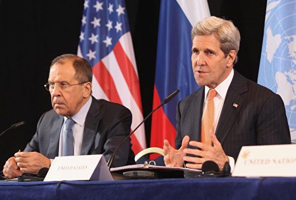 2016年2月11日,在德国慕尼黑会议后的新闻发布会。俄罗斯外长谢尔盖·拉夫罗夫(左)和美国国务卿约翰·克里(右)表示国际叙利亚支持小组(ISSG)就一周内促成叙利亚停火达成共识。但土耳其14日连续对边界附近叙利亚库尔德人武装进行轰炸,使得叙利亚多边战争的局势更加复杂难解。(Alexandra Beier/Getty Images)