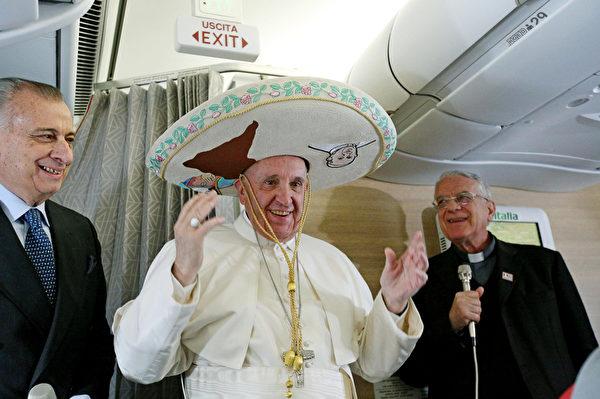 2016年2月12日,墨西哥总统恩里克·佩尼亚·涅托(右)欢迎罗马天主教教宗方济各抵达墨西哥展开5天访问。教宗抨击墨西哥贪腐猖獗,并呼吁墨西哥政府对抗贪腐和犯罪。图为教宗穿戴从墨西哥记者收到的礼物-一顶传统的墨西哥帽子。(ALESSANDRO DI MEO/POOL/AFP)