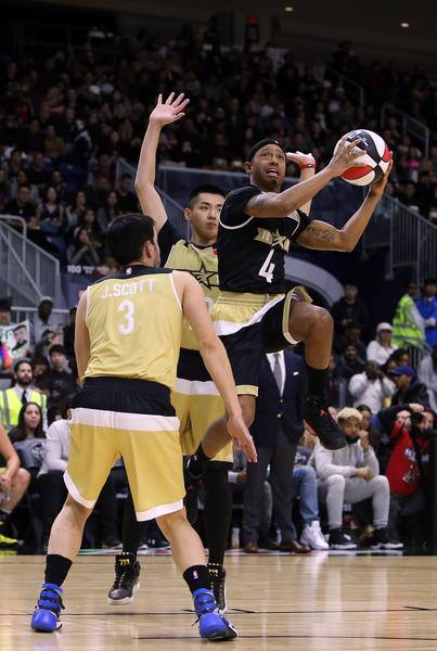 加拿大籍华裔明星吴亦凡(中)亮相2016 NBA 全明星名人赛。(Vaughn Ridley/Getty Images)