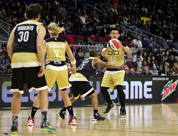 加拿大籍华裔明星吴亦凡(右一)亮相2016 NBA 全明星名人赛。(Vaughn Ridley/Getty Images)
