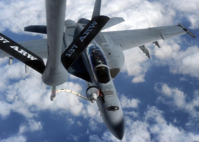 美國一架KC-135加油機組員,支援美國聯軍攻擊伊斯蘭國(ISIS)的空襲任務時,不顧自身安危,護送一架油料系統出問題的他國F-16戰鬥機返回基地,使這名飛官逃過一劫。圖為KC-135加油機執行空中加油的情形。(TOSHIFUMI KITAMURA/AFP/Getty Images)