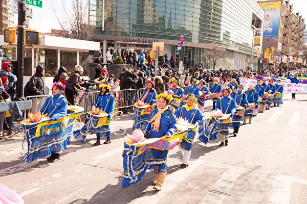 2月13日,法輪功團體參加了紐約華人社區2016年度最大盛事——第二十一屆紐約黃曆新年大遊行。(戴兵/大紀元)