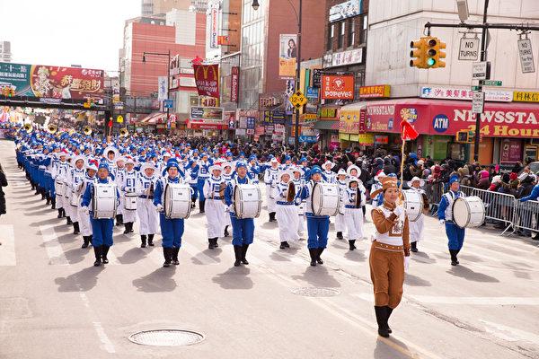 2月13日,法輪功團體參加了紐約華人社區2016年度最大盛事——第二十一屆紐約黃曆新年大遊行。盛大的陣容、整齊的隊伍、氣勢如虹的樂團,使他們再度成為遊行最亮點,為如雲的中西族裔觀眾帶來「法輪大法」和「真、善、忍」的美好,民眾紛紛讚歎:「法輪功隊伍最壯觀。」圖為天國樂團方隊。(戴兵/大紀元)
