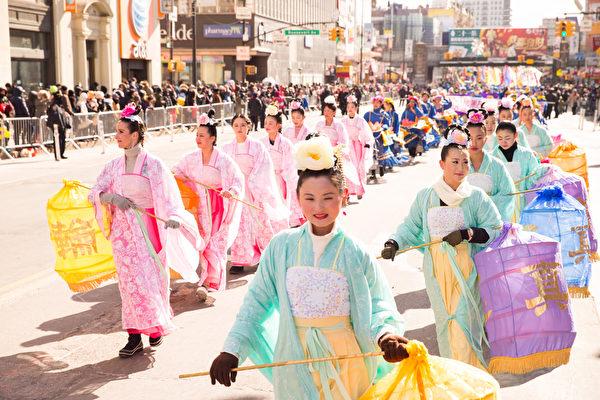2月13日,法輪功團體參加了紐約華人社區2016年度最大盛事——第二十一屆紐約黃曆新年大遊行。圖為法輪功學員組成的仙女隊。(戴兵/大紀元)