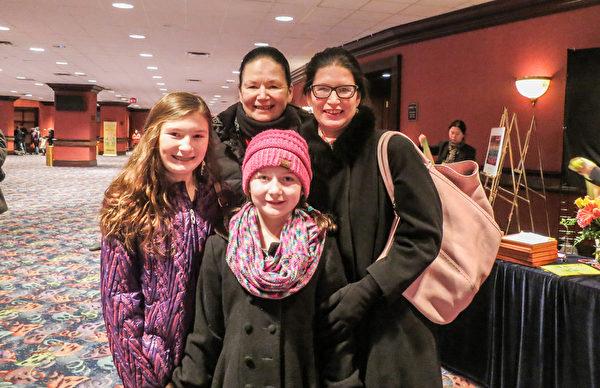 Gina Bentz(右)和母親、兩個女兒觀賞了神韻紐約藝術團2月14日在美國大芝加哥地區羅斯蒙特市的演出。(唐明鏡/大紀元)