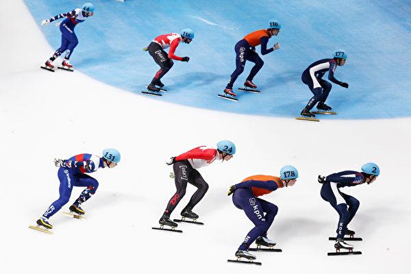 2016年2月14日,荷兰多德雷赫特,短道速滑世界杯荷兰站的比赛,图为选手在2015-16赛季短道速滑世界杯最后一站荷兰站男子5000米接力决赛的紧张时刻。(Dean Mouhtaropoulos/Getty Images)
