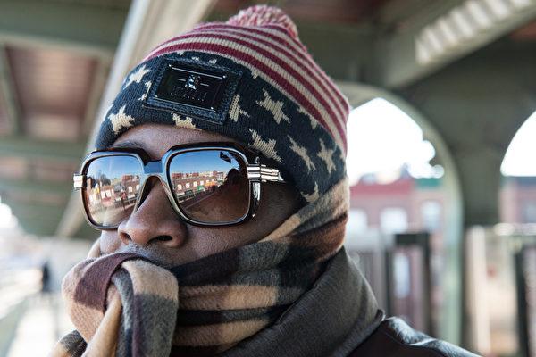 2016年2月14日,美国纽约,北极极冷寒流13日席卷纽约州、新泽西州、康涅狄格州,纽约市当天的气温下降到华氏零下1度,打破百年记录。图为一名以保暖冬衣层层包裹着全身的男子在布鲁克林的地铁站台上候车。(Stephanie Keith/Getty Images)