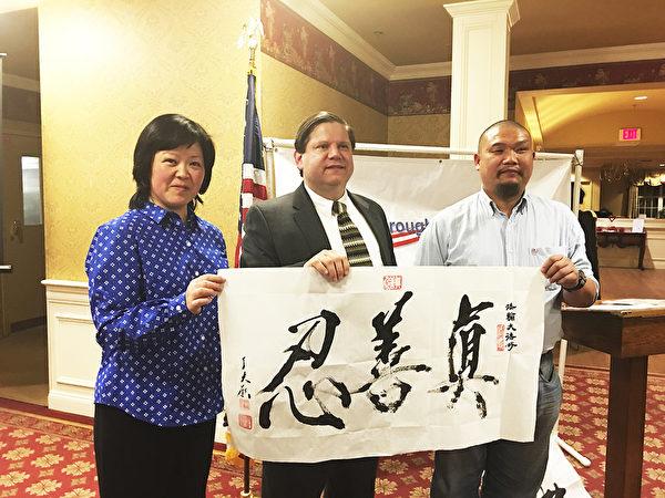 圖:Hillsborough市共和黨會議邀請華人介紹中國新年和傳統文化(李荔/大紀元)