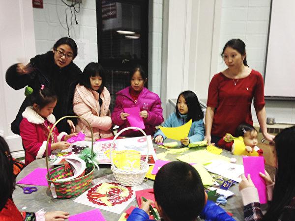 圖:明慧文化藝術中心在新年活動中教小朋友剪紙(李春/大紀元)