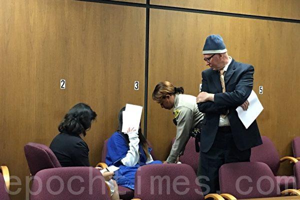 因凌虐同学被判刑13年的翟云瑶在法庭上以纸遮面。(刘菲/大纪元)
