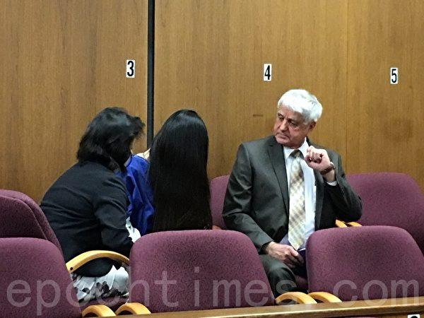 被判刑10年的杨雨涵在法庭上回避媒体镜头。(刘菲/大纪元)