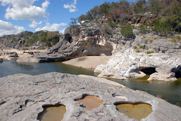 """""""山丘之乡""""遍布水溶性的石灰岩,长年被河川侵蚀后形成喀斯特地貌。(谢行昌提供)"""