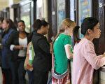 曼哈頓某郵局內,人們正排隊等候報稅。(Mario Tama/Getty Images)