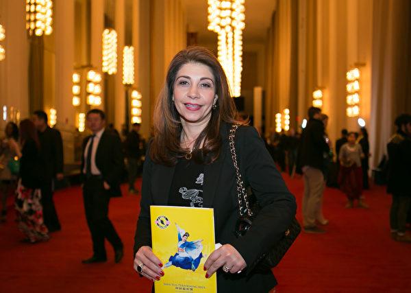 Shadi Zoghi在2016年2月19日晚间到华盛顿肯尼迪艺术中心歌剧院观看神韵演出。(萧恩/大纪元)