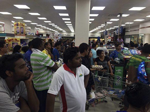 斐济刚遭遇史上最强烈的热带气旋温斯顿侵袭,造成严重破坏。图为2月21日,民众在超市抢购食物。(Alice Clements/AFP)