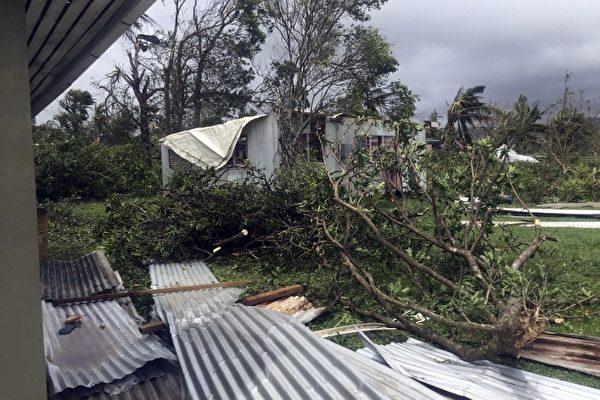 斐济刚遭遇史上最强烈的热带气旋温斯顿侵袭,造成严重破坏。2月21日,斐济开始大规模的清理。(NAZIAH ALI/AFP)