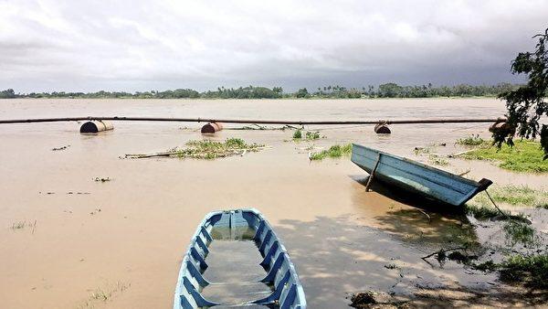 斐济刚遭遇史上最强烈的热带气旋温斯顿侵袭,造成严重破坏。2月21日,斐济开始大规模的清理。(KRIS PRASAD/AFP)