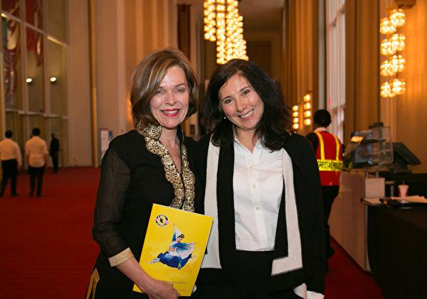 Jean Olsen(左)和Angela Galiano二人是美国国务院驻外办事处官员,她们结伴观赏了华府周日最后一场神韵演出。(李莎/大纪元)