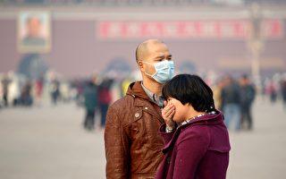 中國大陸半壁江山被陰霾籠罩。圖為北京天安門廣場的遊客。(WANG ZHAO/AFP/Getty Images)