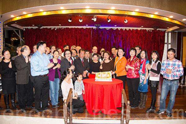 华商会20日举办016年新春游行庆功宴,当天是总干事杜彼得的生日,大家为他庆生。(戴兵/大纪元)