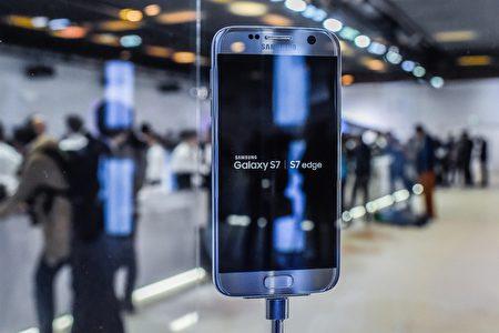 三星年度旗舰机Galaxy S7与Galaxy S7 edge,主打高阶相机功能、防水及外接记忆卡扩充等特色。(David Ramos/Getty Images)