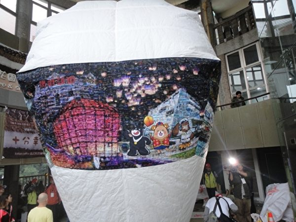 """由""""晴晴""""募集的国际美景照片所拼贴的2楼高天灯,象征北北基携手合作,共同迈向国际舞台。。(陈秀媛/大纪元)"""