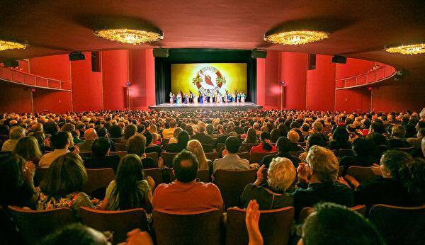 2016年2月21日下午,神韵纽约艺术团在肯尼迪艺术中心歌剧院6天7场的演出,在观众热烈的掌声和欢呼声中完美结束。(李莎/大纪元)