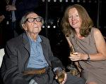英國著名攝影師道格拉斯‧斯洛科姆(左)於2016年2月22日在倫敦去世,享年103歲。(Ben A. Pruchnie/Getty Images)
