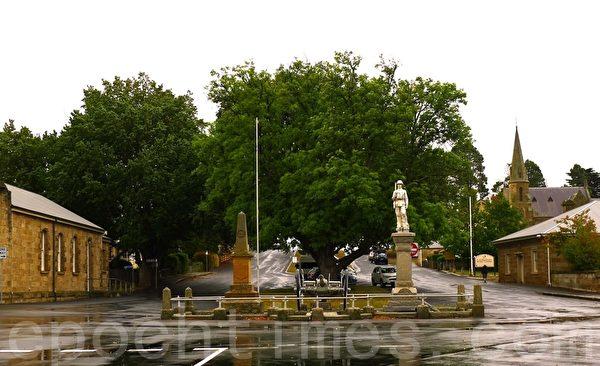 小鎮中心--十字路口中心有一尊士兵的塑像和一門大炮,是纪念小镇第一位为国捐躯的士兵--A‧E‧Fitzallen(華苜/大紀元)