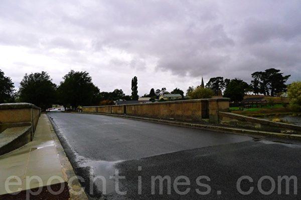 從霍巴特方向過來走1號公路再轉入橋路過羅斯石橋就進入羅斯鎮了(華苜/大紀元)