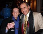 Martin Laroche(左)和友人2月26日晚觀看了日內瓦今年第二場神韻。(張妮/大紀元 )