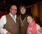 從事導遊業的Aurélie Mock女士和丈夫女兒一同觀看了26日晚日內瓦的神韻演出。(德龍/大紀元)