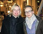 2016年2月27日晚,瑞士名表的公關與市場部經理Cila Zecevic女士(右)與朋友一起來觀看了神韻演出。(關宇寧/大紀元)