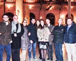 2月27日晚,來自馬德里的François Ruiz全家9人觀看了神韻在日內瓦的第三場演出。(張妮/大紀元)
