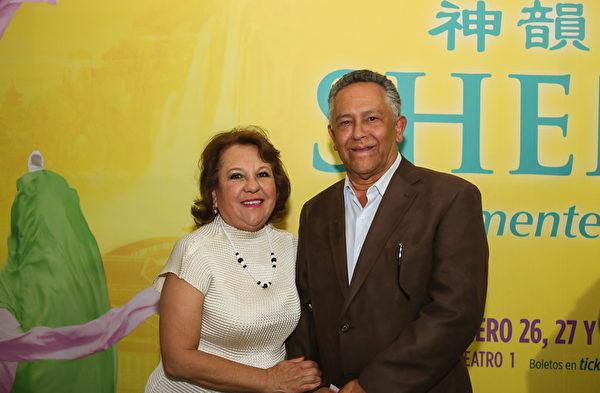 墨西哥媒体公司TELE URBAN总裁Jaime Asturiano携太太观看了2月27日晚神韵巡回艺术团在墨西哥首都墨西哥城文化中心剧院的演出。(李莎/大纪元)
