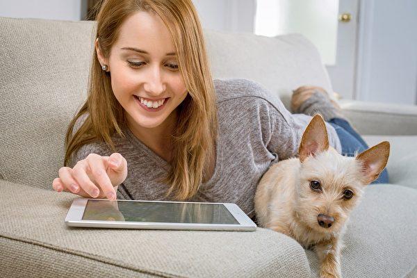 为身体着想,不要深夜看电视或玩电子设备。(pixabay)