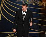 四度入围奥斯卡影帝的莱昂纳多‧迪卡普里奥凭借《荒野猎人》最终捧得小金人。(Kevin Winter/Getty Images)