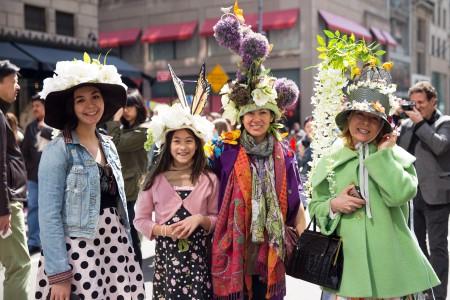星期日(3月27日)是復活節,曼哈頓第五大道充滿各種各樣造型獨特的帽子,可以稱得上是「帽子大觀」。(戴兵/大紀元)