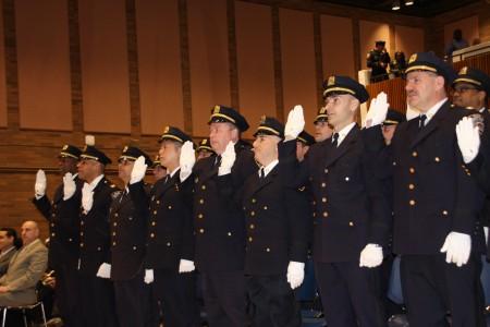 吴铭恒(左四)等22名警员获得晋升副督察。(蔡溶/大纪元)