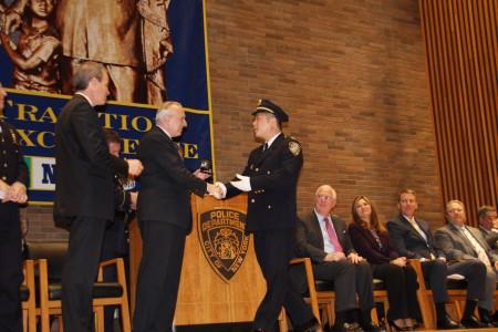 警察局局长布拉顿向吴铭恒颁发二级警探证书。 (蔡溶/大纪元)
