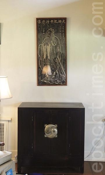 赛珍珠美国故居书房中刻有孔子像的匾额。(连震黎/大纪元)