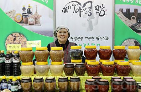用传统制酱法制作的纯天然韩国大酱在首尔展销。(全宇/大纪元)