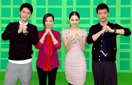 胡歌(右一)與劉詩詩(左二)以及蔣勁夫(左一)、古力娜扎(右二)活動照。(華視提供)